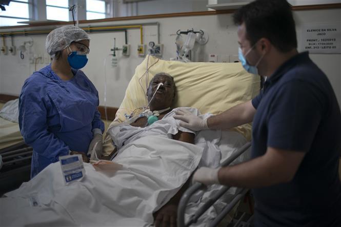 Trong ảnh: Bệnh nhân COVID-19 được điều trị tại bệnh viện ở Rio de Janeiro, Brazil, ngày 15/7/2020. Ảnh: AFP/ TTXVN