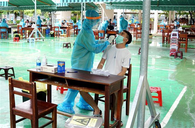 Trong ảnh: Lấy mẫu sinh phẩm cho người dân vùng có nguy cơ cao tại Đà Nẵng để xét nghiệm SARS-CoV-2. Ảnh: TTXVN phát