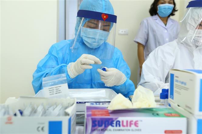 Trong ảnh: Nhân viên y tế lấy mẫu xét nghiệm nhanh cho người về từ Đà Nẵng, tại phường Bách Khoa và phường Cầu Dền (quận Hai Bà Trưng) sáng 01/8/2020. Ảnh: Minh Quyết - TTXVN