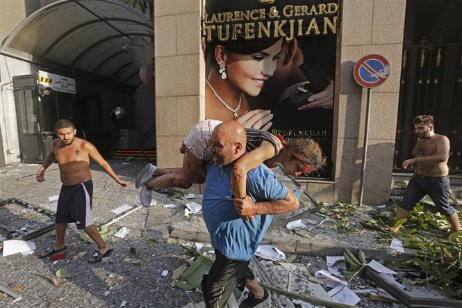 Trong ảnh: Chuyển nạn nhân bị thương sau vụ nổ ở Beirut, Liban ngày 4/8/2020. Ảnh: AFP/TTXVN