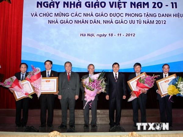 Trao danh hiệu Nhà giáo Nhân dân cho 5 Nhà giáo thuộc trường Đại học Quốc gia Hà Nội năm 2012. (Ảnh: Minh Quyết/TTXVN)