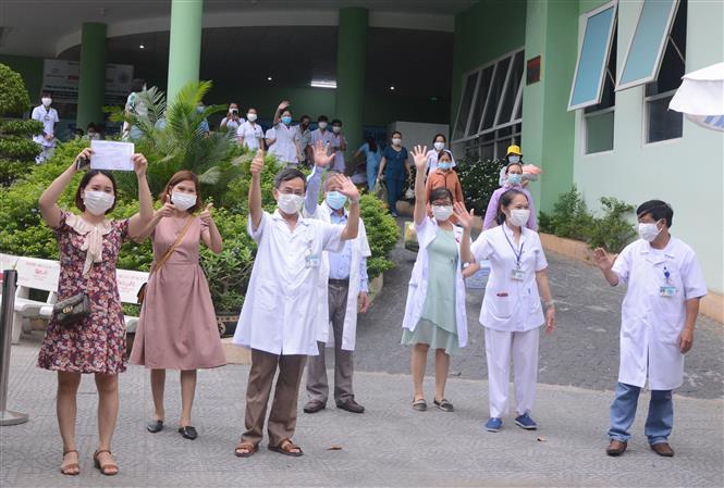 Các y, bác sĩ của bệnh viện vui mừng, hạnh phúc chào mọi người trong giờ khắc gỡ lệnh cách ly đối với bệnh viện. Ảnh: Văn Dũng - TTXVN