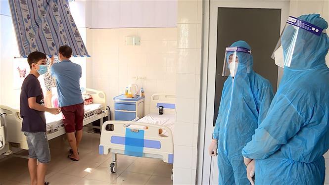 Trong ảnh: Đoàn công tác của Ban Chỉ đạo quốc gia phòng, chống dịch COVID-19 và lãnh đạo tỉnh Hải Dương kiểm tra thực tế công tác phòng, chống dịch tại khu điều trị của Bệnh viện Bệnh Nhiệt đới tỉnh Hải Dương. Ảnh: Mạnh Tú - TTXVN