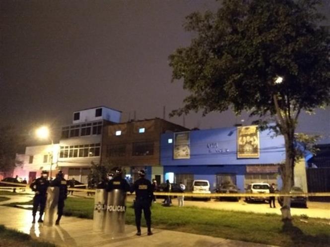 Trong ảnh: Cảnh sát phong tỏa hiện trường hộp đêm xảy ra vụ giẫm đạp ở thủ đô Lima, Peru ngày 22/8/2020. Ảnh: Metro/TTXVN