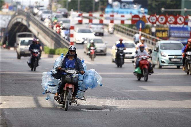 Thủ đô Hà Nội đêm có mưa rào và dông vài nơi. Gió Nam đến Tây Nam cấp 2-3. Nhiệt độ 26-29 độ C.