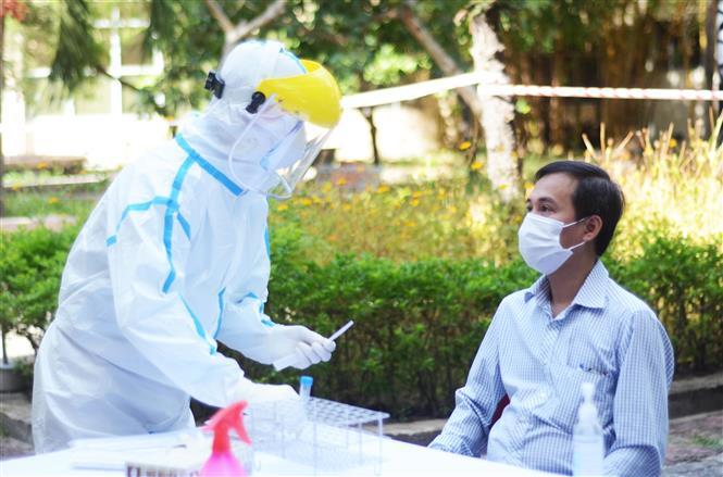 Thành viên Ban in sao đề thi lấy mẫu xét nghiệm virus SARS-CoV-2 nhằm đảm bảo an toàn cho kỳ thi. Ảnh: Văn Dũng - TTXVN