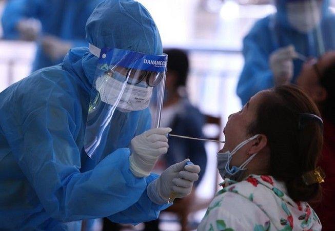 Lấy mẫu xét nghiệm Covid-19 tại Đà Nẵng.