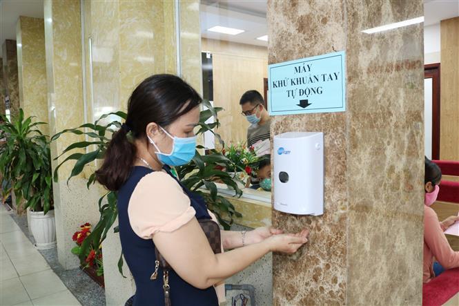 Trong ảnh: Người dân rửa tay kháng khuẩn khi đến khám bệnh tại Bệnh viện Đại học Y dược Thành phố Hồ Chí Minh. Ảnh: Đinh Hằng - TTXVN