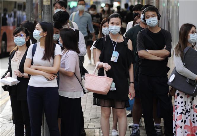 Trong ảnh: Người dân đeo khẩu trang phòng dịch COVID-19 tại Hong Kong, Trung Quốc ngày 27/7/2020. Ảnh: THX/TTXVN