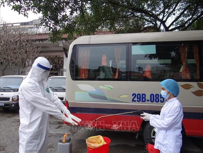 Cán bộ y tế phun khử khuẩn sau khi lấy mẫu xét nghiệm virut Sar