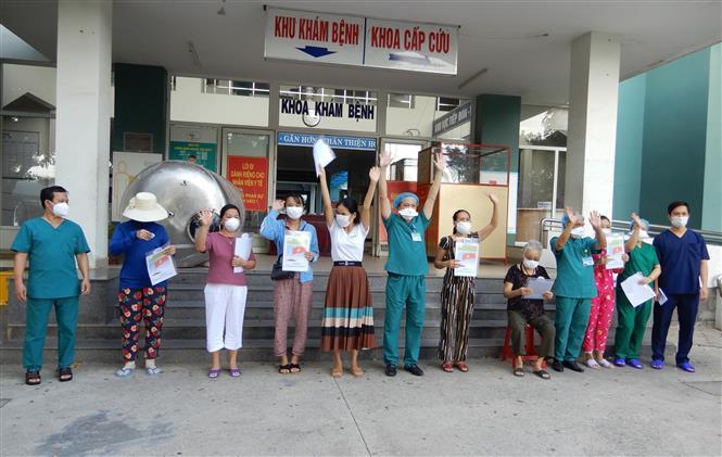 sau thời gian điều trị và 3 lầncó kết quả âm tính với SARS-CoV-2, Bệnh viện dã chiến Hòa Vang đã cho 7 bệnh nhân xuất viện