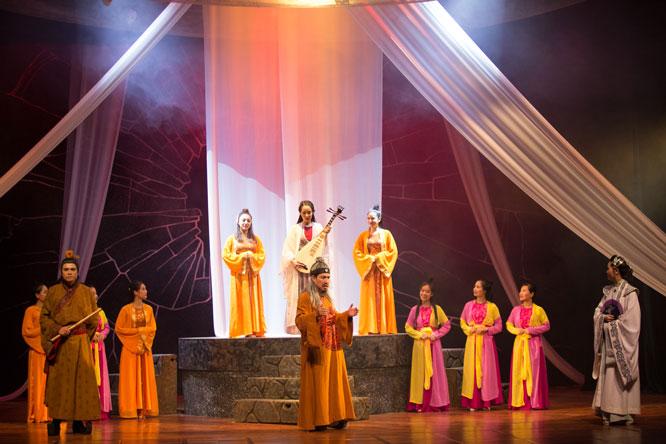 """Vở """"Trương Chi - Mị Nương"""" của Nhà hát Kịch Hà Nội sử dụng sân khấu quay hiện đại, tạo nhiều hiệu ứng mới hấp dẫn."""