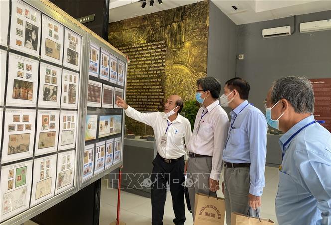 """Đại biểu tham quan triển lãm bộ """"Văn hóa Óc Eo"""" tại Nhà trưng bày hiện vật của Ban Quản lý Di tích Văn hóa Óc Eo tỉnh An Giang. Ảnh: Công Mạo-TTXVN"""