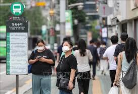Người dân đeo khẩu trang phòng chống dịch Covid-19 tại Seoul