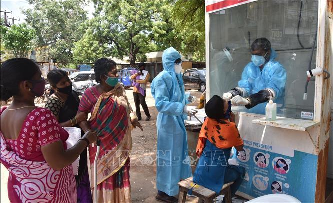Nhân viên y tế lấy mẫu xét nghiệm Covid-19 cho người dân tại Ấn Độ