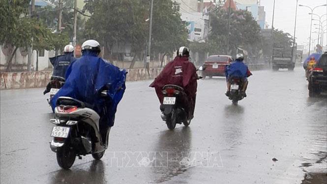 Thời tiết đêm 13/9: Các vùng đề phòng mưa dông, nguy cơ lốc xoáy và gió giật mạnh
