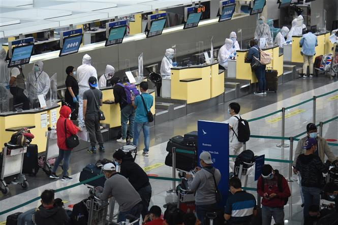 Nhân viên hàng không đeo khẩu trang, mặc trang phục bảo hộ phòng lây nhiễm COVID-19 tại sân bay ở Manila,Philippines. Ảnh: THX/TTXVN