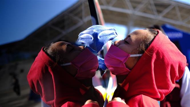 Nhân viên y tế lấy mẫu xét nghiệm COVID-19 tại Makassar, Nam Sulawesi, Indonesia. Ảnh: THX/TTXVN