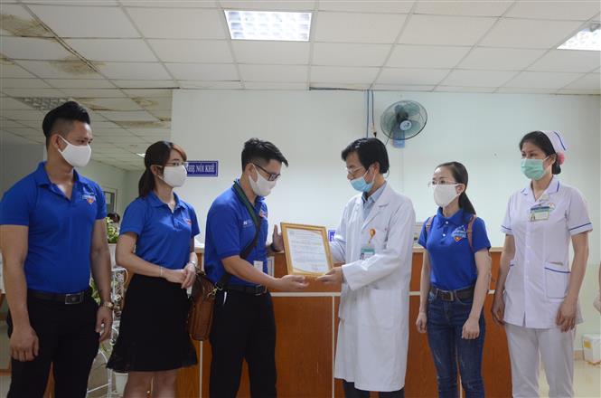 Đoàn Khối các cơ quan Trung ương tặng quà hỗ trợ bệnh nhân khó khăn ảnh hưởng dịch COVID-19