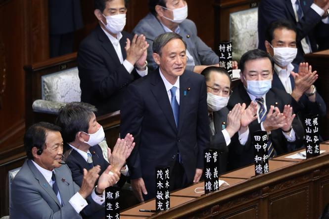 Ông Yoshihide Suga (giữa) sau khi được bầu làm Thủ tướng Nhật Bản tại phiên họp Quốc hội ở Tokyo ngày 16/9/2020. Ảnh: THX/TTXVN