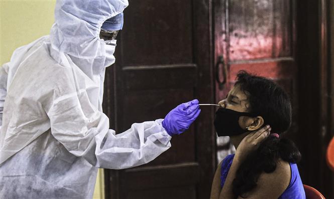 Nhân viên y tế lấy mẫu xét nghiệm COVID-19 cho người dân tại Mumbai, Ấn Độ ngày 12/9/2020. Ảnh: THX/TTXVN
