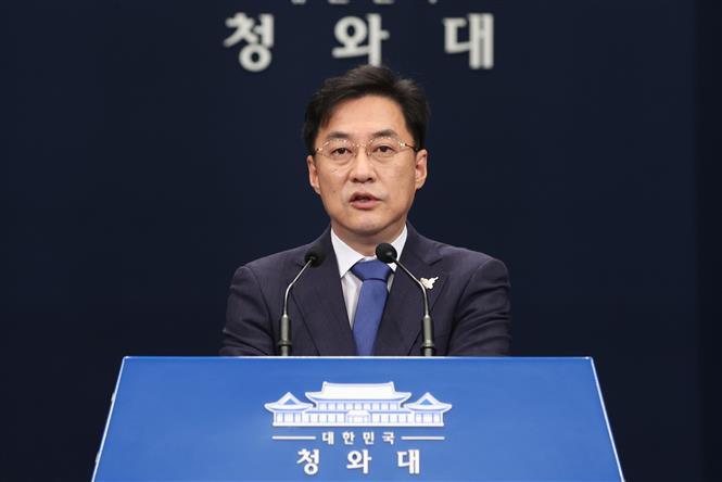 Người phát ngôn Phủ Tổng thống Hàn Quốc Kang Min-seok phát biểu tại cuộc họp báo ở Seoul ngày 19/8/2020. Ảnh: Yonhap/TTXVN