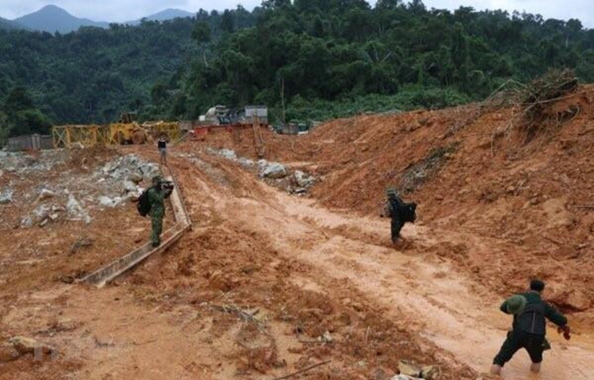 Lực lượng Quân khu 4 nỗ lực tìm kiếm các công nhân mất tích tại Rào Trăng 3. (Ảnh: Đỗ Trưởng/TTXVN)