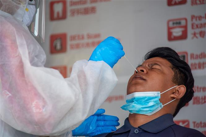 Nhân viên y tế lấy mẫu xét nghiệm COVID-19 cho người dân tại Selangor, Malaysia ngày 23/10/2020. Ảnh: THX/TTXVN