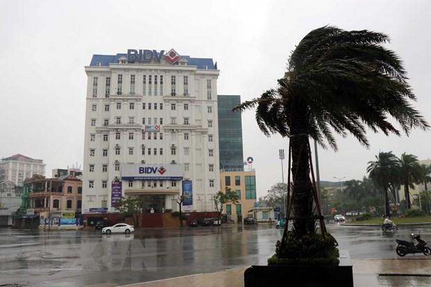 Bão số 9 gây mưa và gió lớn dần trên địa bàn tỉnh Thừa Thiên-Huế, người dân được yêu cầu hạn chế ra đường. (Ảnh: Đỗ Trưởng/TTXVN)