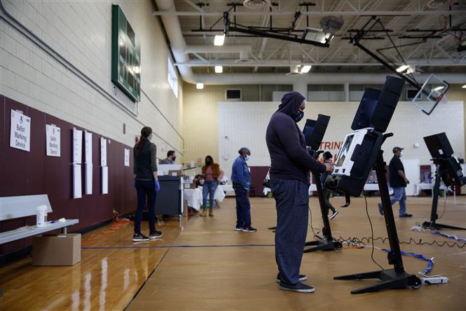 Cử tri xếp hàng bỏ phiếu sớm bầu Tổng thống Mỹ 2020 tại điểm bầu cử ở Washington, DC ngày 27/10/2020. Ảnh: THX/TTXVN