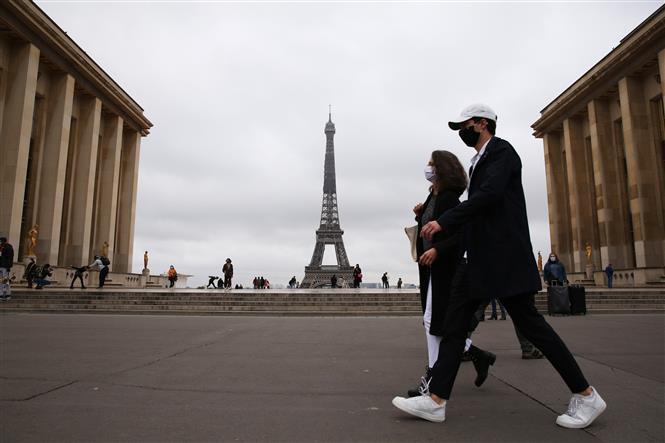 Người dân đeo khẩu trang phòng lây nhiễm COVID-19 tại Paris, Pháp, ngày 23/10/2020. Ảnh: THX/ TTXVN