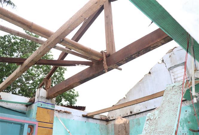 Nhà một hộ dân thị xã Sông Cầu bị tốc mái do bão số 9. Ảnh: Phạm Cường-TTXVN