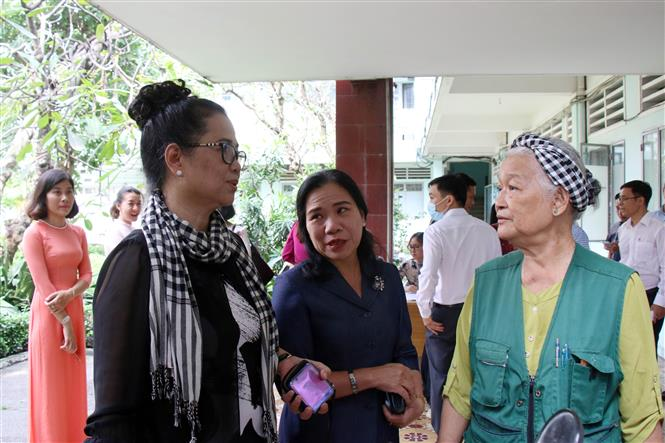 Họa sĩ Đặng Ái Việt gặp gỡ, trao đổi với các đại biểu. Ảnh: Tiến Lực – TTXVN