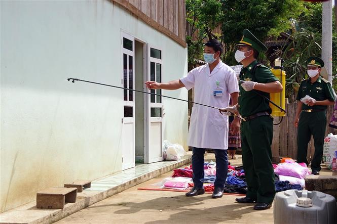 Cán bộ quân y Đồn Biên phòng Pa Thơm và y tế địa phương tổ chức phun khử khuẩn tại bản Púng Bon, xã Pa Thơm, huyện Điện Biên. Ảnh: Phan Tuấn Anh - TTXVN