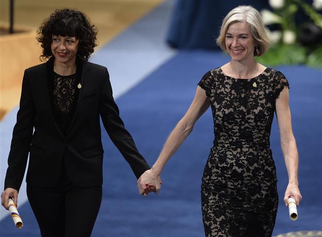 (ảnh tư liệu) Hai nhà hóa học Emmanuelle Charpentier (trái) và Jennifer Anne Doudna (phải). Ảnh: AFP/TTXVN
