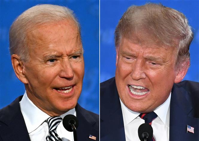 (ảnh ghép): Ứng viên tranh cử Tổng thống Mỹ của đảng Dân chủ Joe Biden (trái) và Tổng thống Mỹ Donald Trump trong cuộc tranh luận trực tiếp đầu tiên tại Cleveland, bang Ohio ngày 29/9/2020. Ảnh: AFP/TTXVN