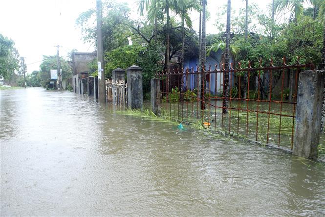 Khu vực dân cư thôn Trung Sơn, xã Hòa Liên, huyện Hòa Vang bị ngập sâu trong nước và chia cắt với bên ngoài. Ảnh: Trần Lê Lâm - TTXVN