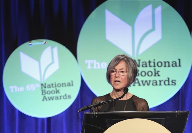 Nữ thi sĩ Louise Gluck phát biểu tại lễ trao giải thưởng Sách quốc gia ở thành phố New York, Mỹ ngày 19/11/2014. Ảnh: AFP/TTXVN