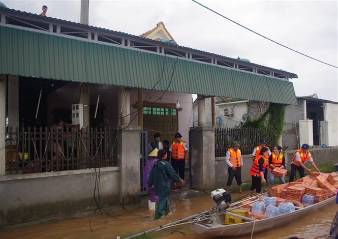 Bộ Tư lệnh Vùng Cảnh sát biển 1 tặng quà cho bà con bị ảnh hưởng mưa lũ tại Quảng Bình
