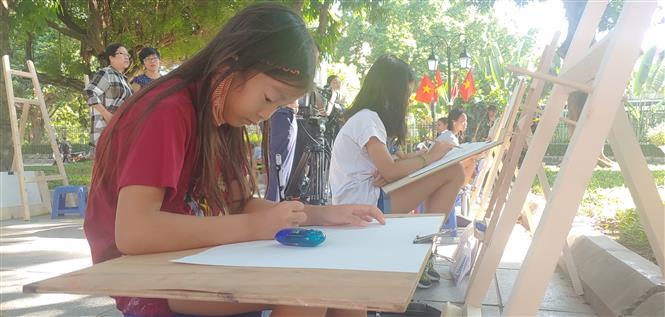 """Các em thiếu nhi tham gia Cuộc thi vẽ tranh """"Em yêu Hà Nội - Thành phố vì hòa bình"""" năm 2020. Ảnh: Nguyễn Cúc - TTXVN"""