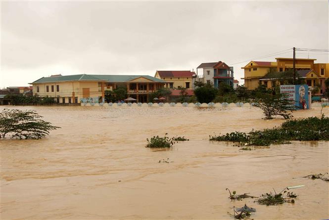 Hơn 10.000 hộ dân huyện Quảng Ninh (Quảng Bình) bị ngập sâu trong lũ. Ảnh: Văn Tý-TTXVN