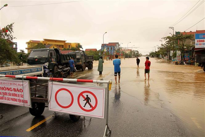 Tuyến Quốc lộ 1A (cũ) đoạn qua các huyện Lệ Thủy, Quảng Ninh nước dâng cao từ 0,5-1m khiến phương tiện giao thông không thể đi lại. Ảnh: Văn Tý-TTXVN