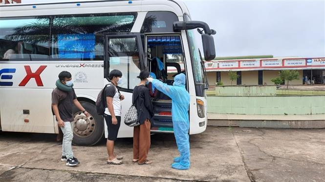 Tiếp nhận và kiểm tra thân nhiệt cho các lưu học sinh Lào tại cửa khẩu quốc tế Bờ Y, tỉnh Kon Tum ngày 16/10 để đưa về cách ly 14 tại Khánh Hòa. Ảnh: TTXVN phát