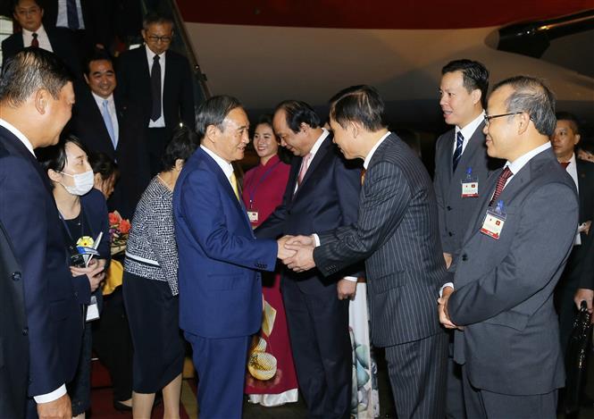 Đại diện lãnh đạo Văn phòng Chính phủ, Bộ Ngoại giao đón Thủ tướng Nhật Bản Suga Yoshihide và Phu nhân tại sân bay quốc tế Nội Bài. Ảnh: Doãn Tấn - TTXVN