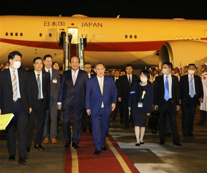 Bộ trưởng, Chủ nhiệm Văn phòng Chính phủ Mai Tiến Dũng đón Thủ tướng Nhật Bản Suga Yoshihide tại sân bay quốc tế Nội Bài. Ảnh: Doãn Tấn - TTXVN