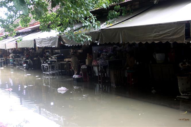 Các tuyến đường xung quanh chợ Hội An bị ngập nước. Ảnh: Trịnh Bang Nhiệm - TTXVN