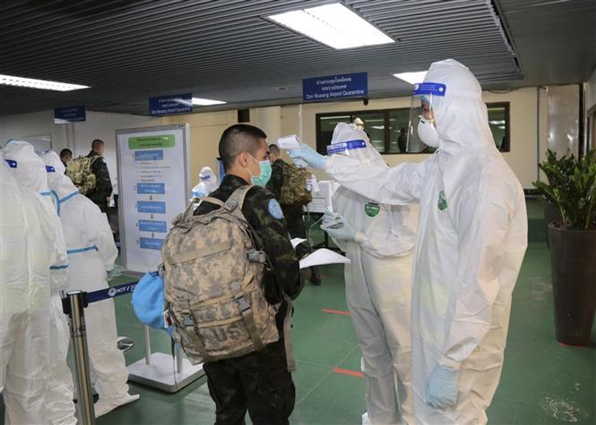 Đo thân nhiệt phòng lây nhiễm COVID1-19 tại sân bay Don Mueang ở thủ đô Bangkok, Thái Lan, ngày 12/10/2020. Ảnh: AFP/TTXVN