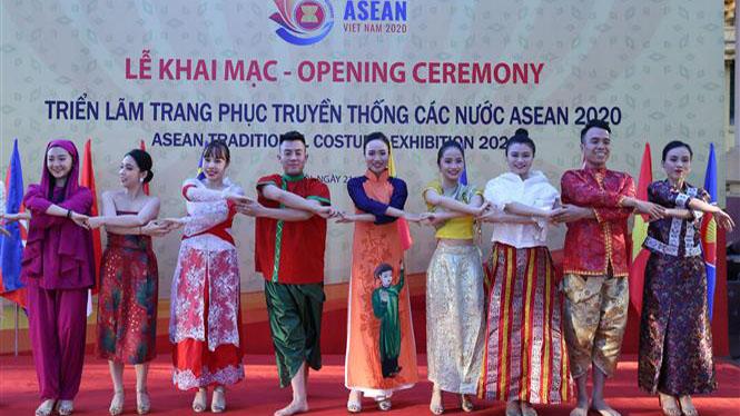 10 quốc gia thành viên ASEAN tham dự triển lãm trang phục truyền thống