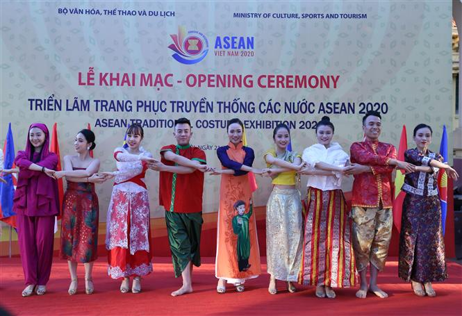 Biểu diễn với trang phục truyền thống các nước ASEAN tại triển lãm. Ảnh: Hoàng Hiếu - TTXVN