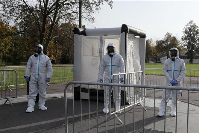 Nhân viên y tế làm việc tại một điểm xét nghiệm COVID-19 ở Zegrze, Ba Lan, ngày 20/10/2020. Ảnh: AFP/ TTXVN